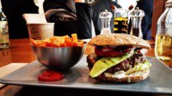 Table de restaurant avec un hamburger haut de gamme